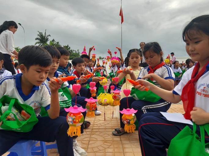Báo Người Lao Động trao 285 phần quà trung thu cho trẻ em nghèo Cần Thơ - Ảnh 35.