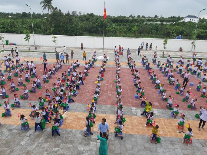 Báo Người Lao Động trao 285 phần quà trung thu cho trẻ em nghèo Cần Thơ - Ảnh 36.