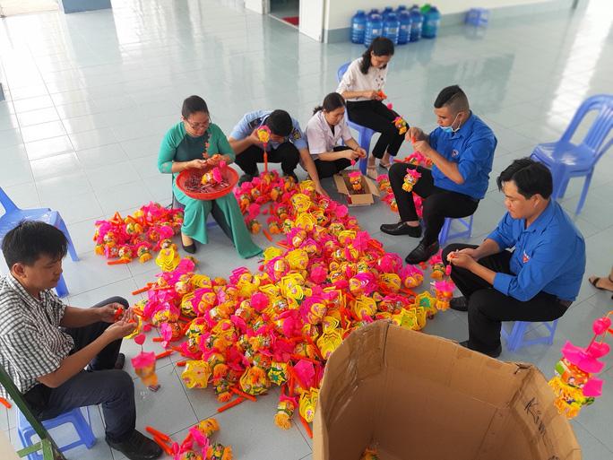 Báo Người Lao Động trao 285 phần quà trung thu cho trẻ em nghèo Cần Thơ - Ảnh 4.