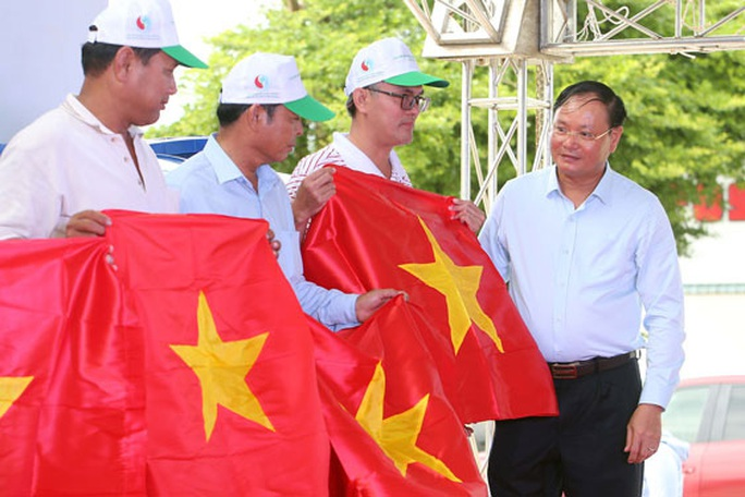 Tặng cờ Tổ quốc cho ngư dân Bà Rịa - Vũng Tàu - Ảnh 1.