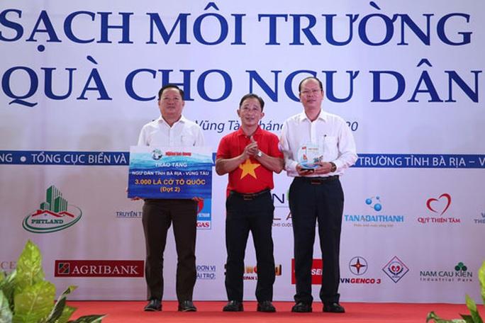 Tặng cờ Tổ quốc cho ngư dân Bà Rịa - Vũng Tàu - Ảnh 2.
