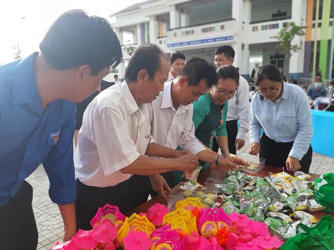 Báo Người Lao Động trao 285 phần quà trung thu cho trẻ em nghèo Cần Thơ - Ảnh 7.