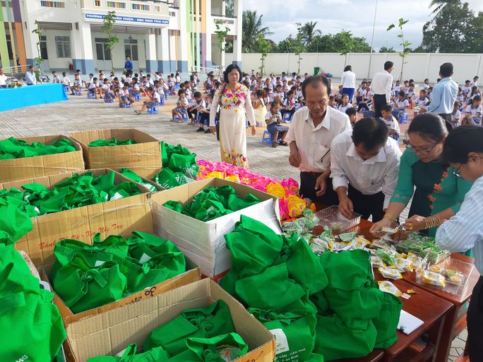 Báo Người Lao Động trao 285 phần quà trung thu cho trẻ em nghèo Cần Thơ - Ảnh 9.