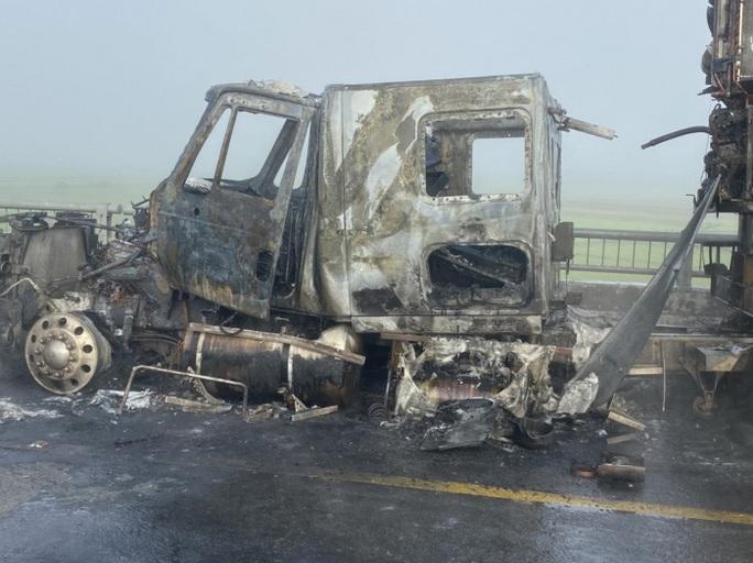 Đang lưu thông, xe container bất ngờ bốc cháy dữ dội - Ảnh 4.