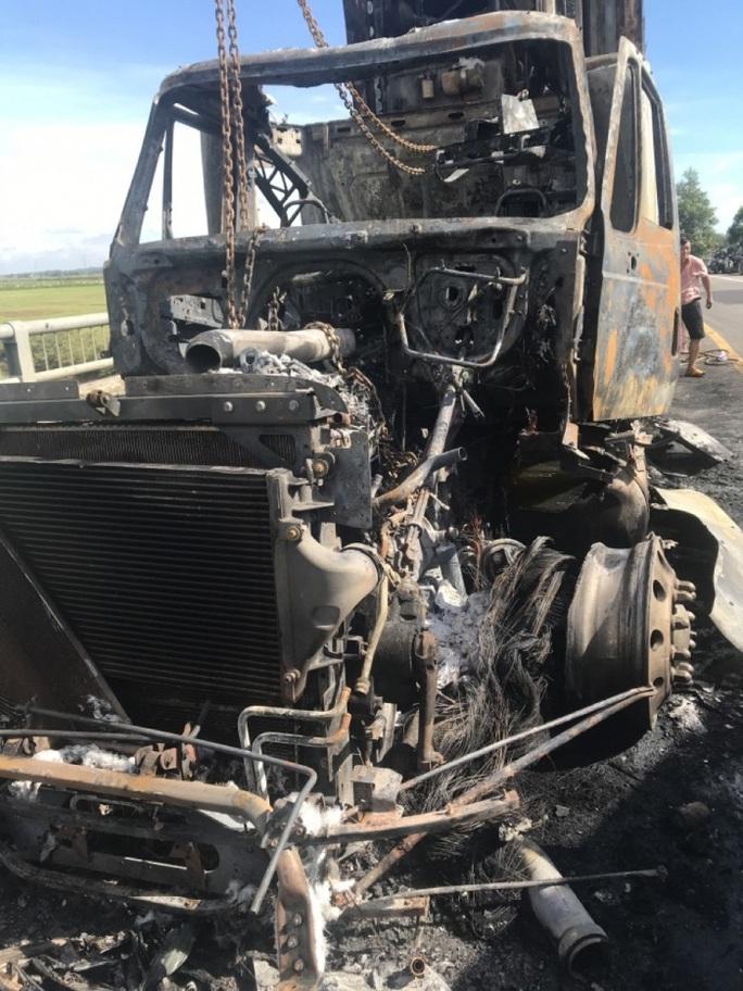 Đang lưu thông, xe container bất ngờ bốc cháy dữ dội - Ảnh 3.