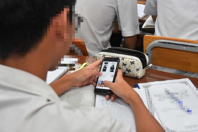 Học sinh dùng điện thoại trong lớp: Vừa nghĩ đến đã lo âu - Ảnh 1.