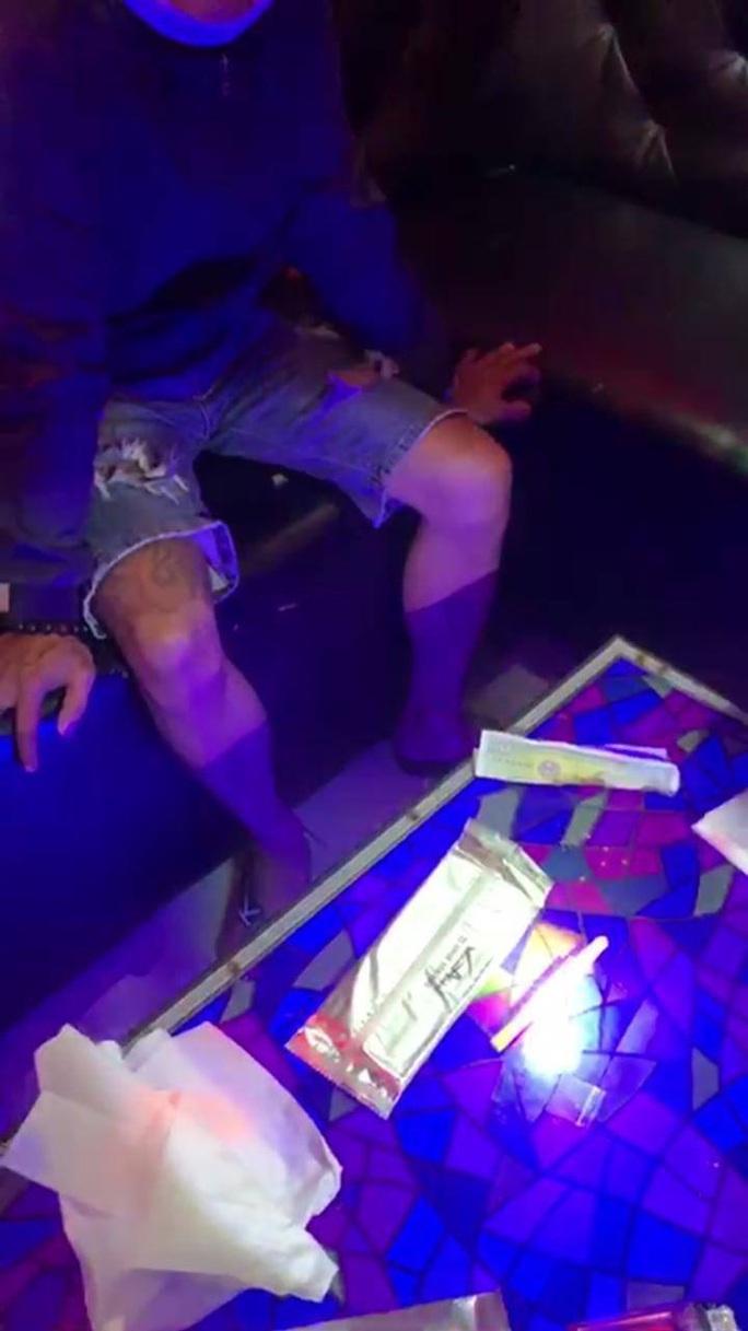 """Đồng Nai: Nhóm dân chơi làm điều """"mờ ám"""" trong quán karaoke - Ảnh 1."""