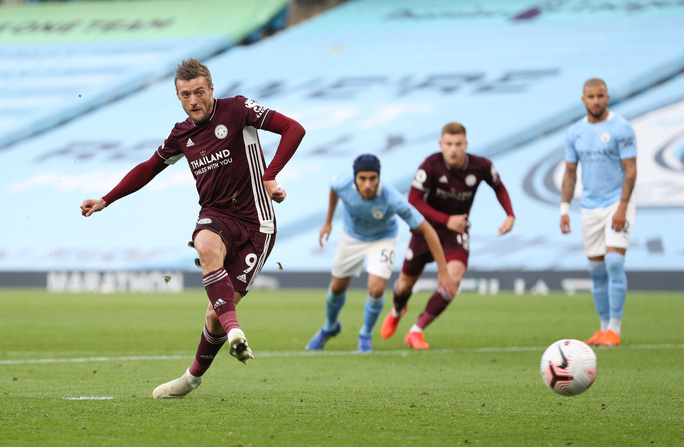 Hat-trick của Jamie Vardy nhấn chìm Man City, Ngoại hạng Anh hốt hoảng - Ảnh 2.