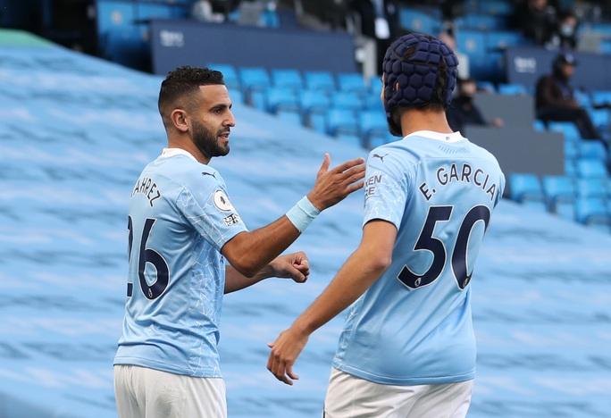 Hat-trick của Jamie Vardy nhấn chìm Man City, Ngoại hạng Anh hốt hoảng - Ảnh 1.