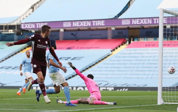 Hat-trick của Jamie Vardy nhấn chìm Man City, Ngoại hạng Anh hốt hoảng - Ảnh 3.