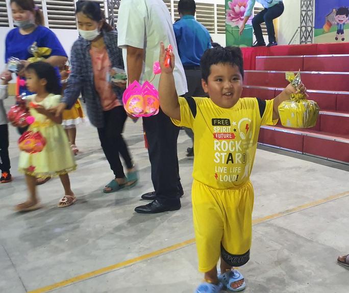 """Ấm áp đêm """"Vui hội trung thu"""" với trẻ em nghèo Sóc Trăng, Tiền Giang - Ảnh 14."""