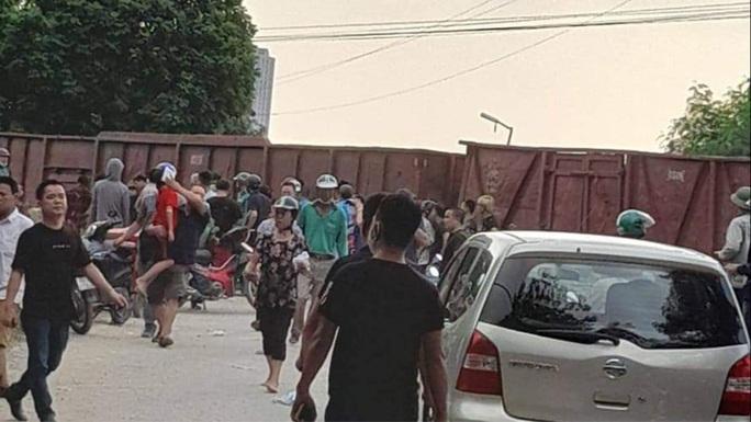 Tàu hỏa tông xe đưa đón học sinh loại 45 chỗ, ít nhất 2 học sinh bị thương - Ảnh 1.