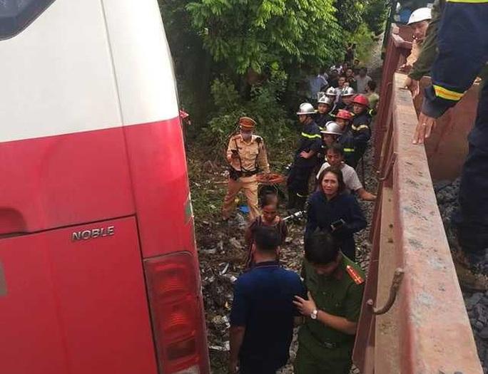 Vụ xe 45 chỗ bị tàu hoả tông: Xe chở 48 học sinh, tài xế cố tình vượt - Ảnh 2.