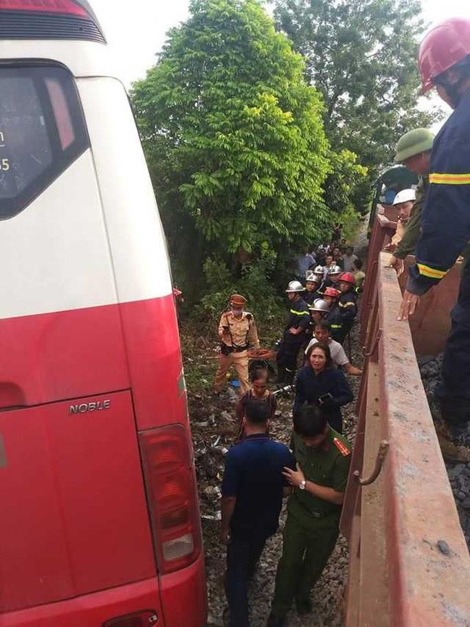 Tàu hỏa tông xe đưa đón học sinh, ít nhất 2 cháu bị thương - Ảnh 2.