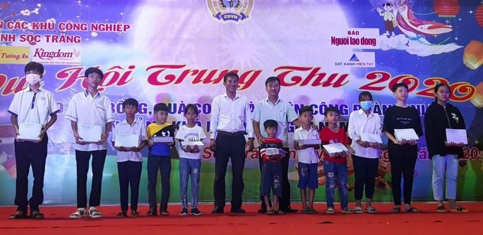 """Ấm áp đêm """"Vui hội trung thu"""" với trẻ em nghèo Sóc Trăng, Tiền Giang - Ảnh 25."""