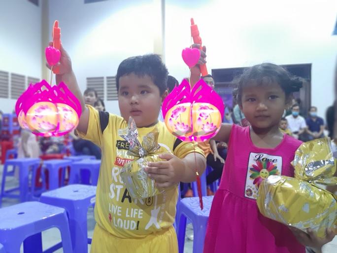 """Ấm áp đêm """"Vui hội trung thu"""" với trẻ em nghèo Sóc Trăng, Tiền Giang - Ảnh 22."""