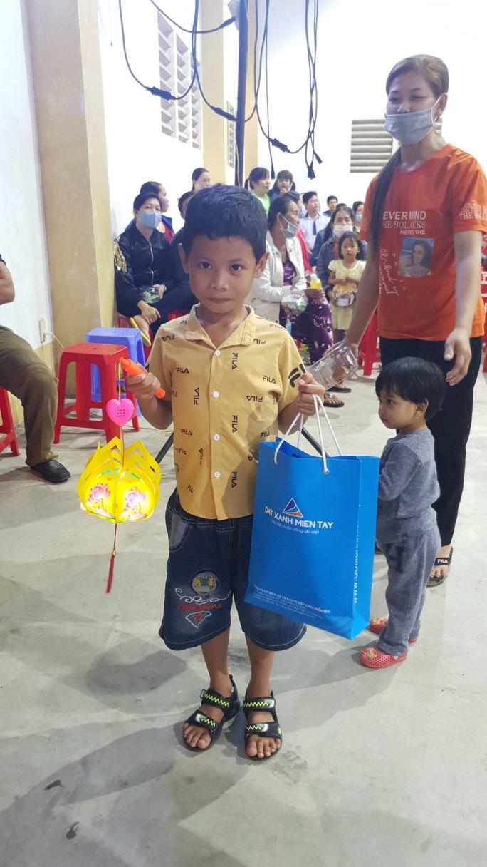 """Ấm áp đêm """"Vui hội trung thu"""" với trẻ em nghèo Sóc Trăng, Tiền Giang - Ảnh 16."""