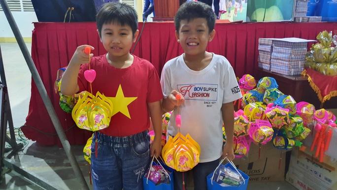 """Ấm áp đêm """"Vui hội trung thu"""" với trẻ em nghèo Sóc Trăng, Tiền Giang - Ảnh 18."""