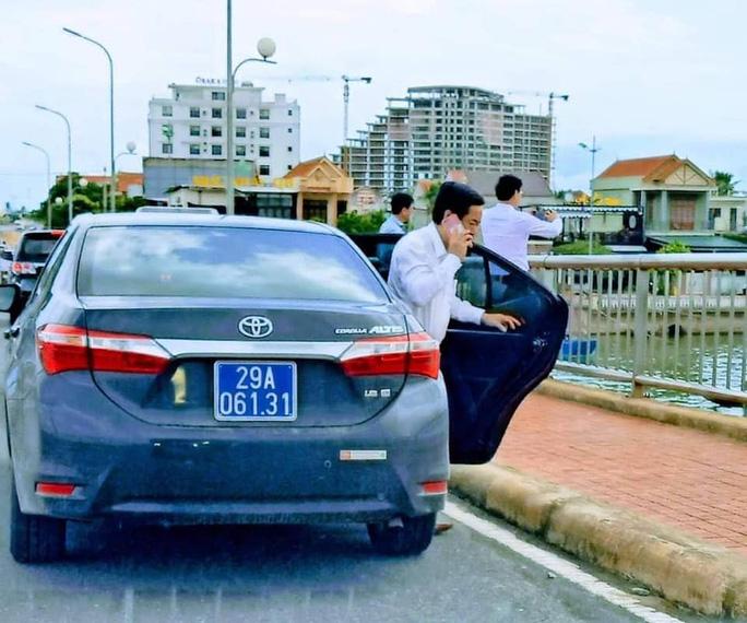 Đoàn ôtô biển số xanh vô tư dừng trên cầu để người trên xe xuống... chụp hình! - Ảnh 2.