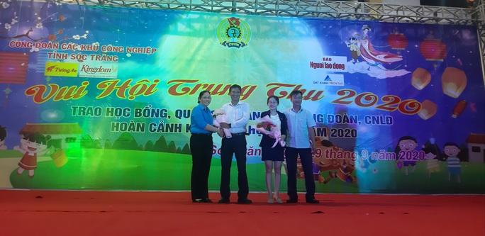 """Ấm áp đêm """"Vui hội trung thu"""" với trẻ em nghèo Sóc Trăng, Tiền Giang - Ảnh 26."""