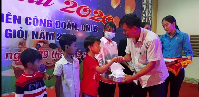 """Ấm áp đêm """"Vui hội trung thu"""" với trẻ em nghèo Sóc Trăng, Tiền Giang - Ảnh 11."""