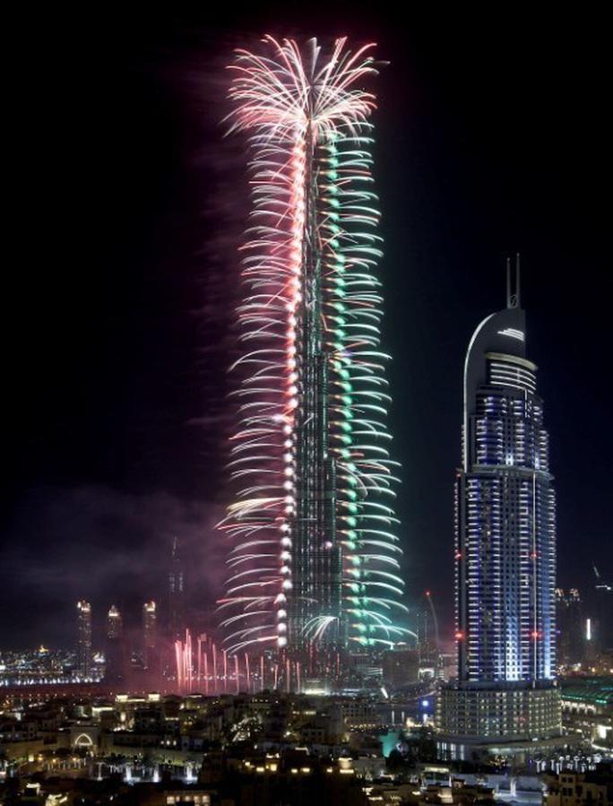Quốc kỳ Việt Nam tung bay trên tòa tháp cao nhất thế giới Burj Khalifa - Ảnh 3.