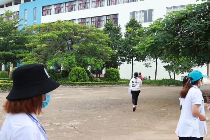 Nhiều thí sinh lật đật chạy vào phòng thi - Ảnh 11.