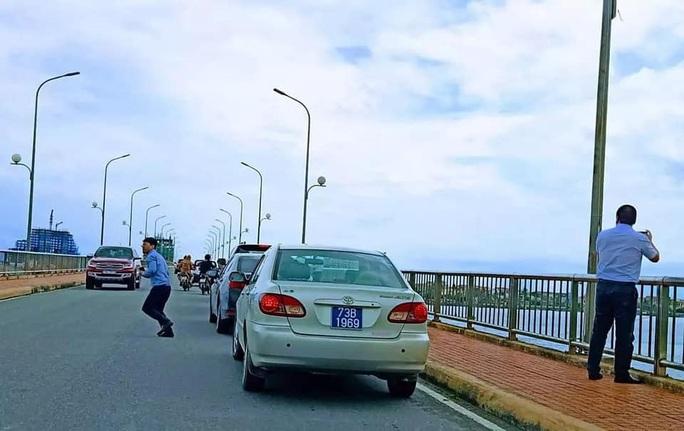 Đoàn xe biển xanh dừng xe trên cầu Nhật Lệ chụp hình là đoàn công tác của Bộ xây dựng - Ảnh 1.