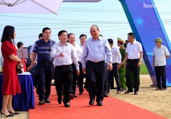 Thủ tướng Nguyễn Xuân Phúc dự lễ khởi công đường cao tốc Bắc - Nam - Ảnh 1.