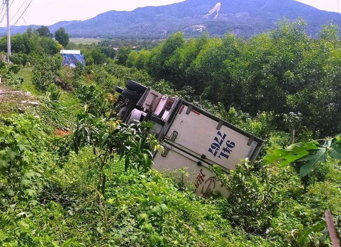 Dừng xe đi vệ sinh, tài xế bị chiếc xe ô tô mình lái tụt dốc tông chết - Ảnh 1.