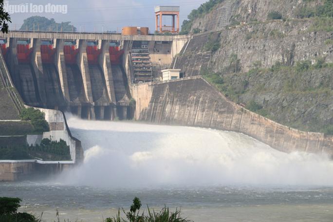 CLIP: Thủy điện Hòa Bình mở cửa xả lũ, nước tung bọt trắng xóa - Ảnh 3.