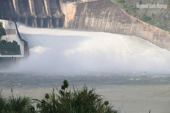 CLIP: Thủy điện Hòa Bình mở cửa xả lũ, nước tung bọt trắng xóa - Ảnh 5.