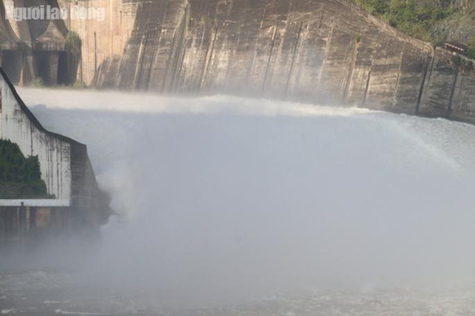CLIP: Thủy điện Hòa Bình mở cửa xả lũ, nước tung bọt trắng xóa - Ảnh 4.
