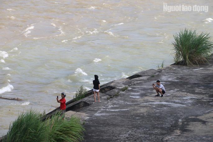 CLIP: Thủy điện Hòa Bình mở cửa xả lũ, nước tung bọt trắng xóa - Ảnh 9.