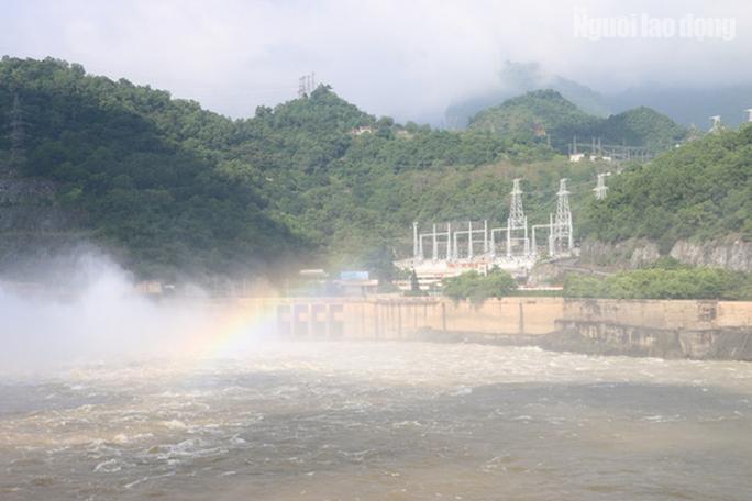 CLIP: Thủy điện Hòa Bình mở cửa xả lũ, nước tung bọt trắng xóa - Ảnh 7.