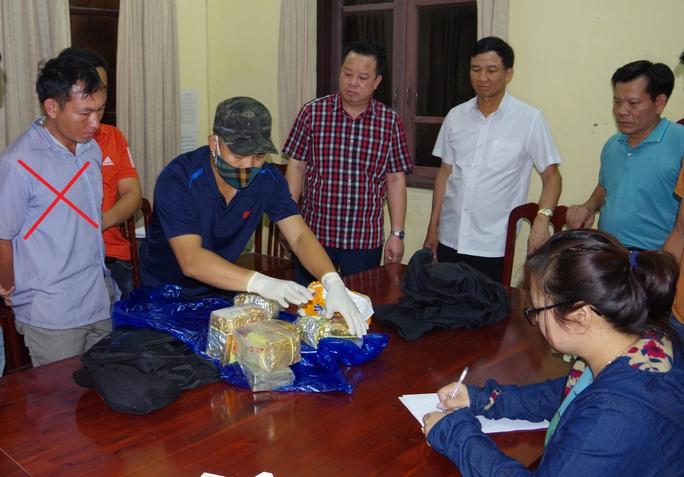 Giám đốc Công an Hà Nam trực tiếp chỉ đạo phá vụ vận chuyển 5 kg ma túy, 2 bánh heroin - Ảnh 1.