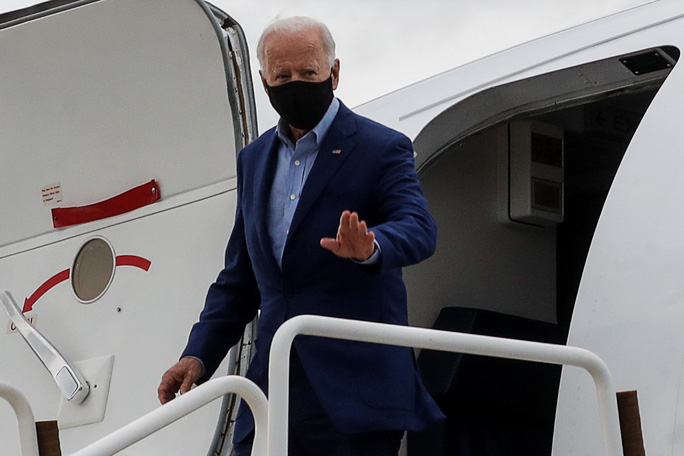Ông Biden và phó tướng tung đòn thuế ngay trước tranh luận - Ảnh 3.