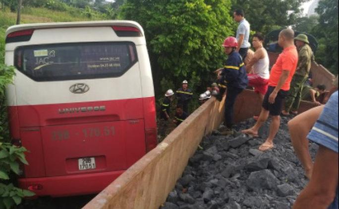 Vụ xe 45 chỗ bị tàu hoả tông: Xe chở 48 học sinh, tài xế cố tình vượt - Ảnh 1.
