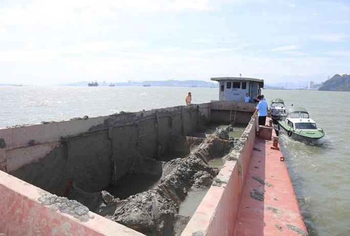 Tàu nạo hút, đổ trộm chất thải xuống vùng lõi vịnh Hạ Long - Ảnh 1.