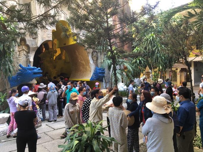 Vẫn rất đông người đến chùa Kỳ Quang 2 hỏi rõ sự tình các hũ tro cốt rơi hình - Ảnh 4.