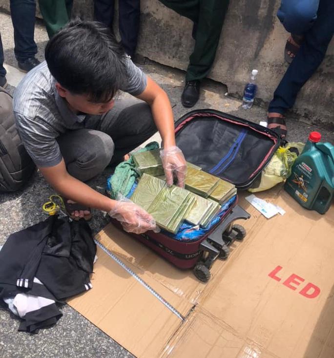 CLIP: Cảnh sát nổ súng vây bắt 5 đối tượng trên ôtô chở số lượng lớn ma túy - Ảnh 3.