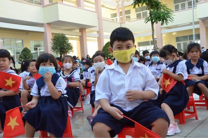 Trường đầu tiên ở TP HCM khai giảng năm học mới - Ảnh 1.