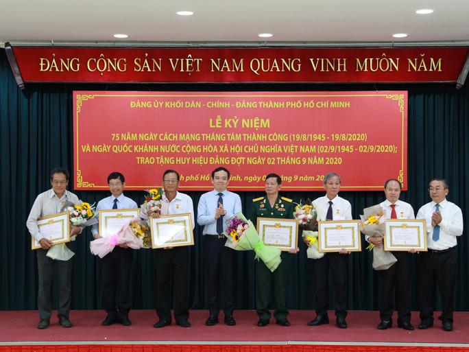 Ông Nguyễn Văn Đua, nguyên Phó Bí thư Thường trực Thành ủy TP HCM  nhận huy hiệu 45 năm tuổi Đảng - Ảnh 2.