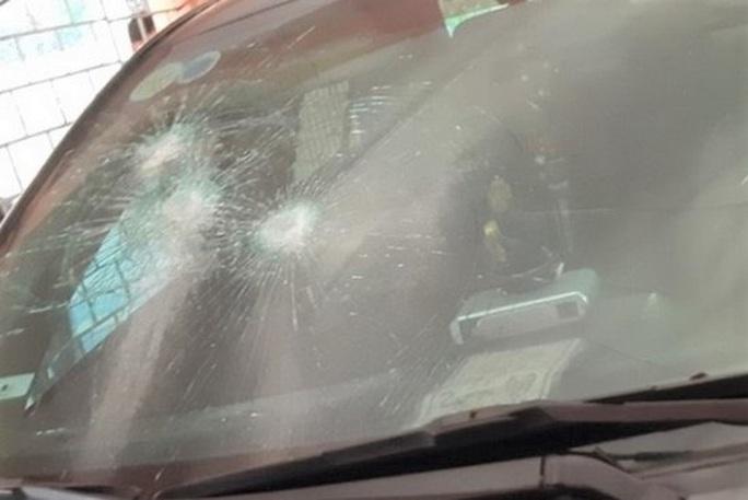 Xe chủ tịch huyện để trong trụ sở ở Thanh Hóa bị đập kính, bẻ cong biển số - Ảnh 1.