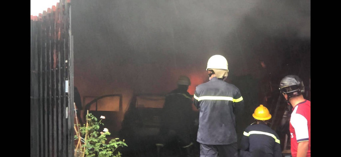 Cháy lớn thiêu rụi toàn bộ ôtô, xe máy trong kho phụ tùng - Ảnh 1.