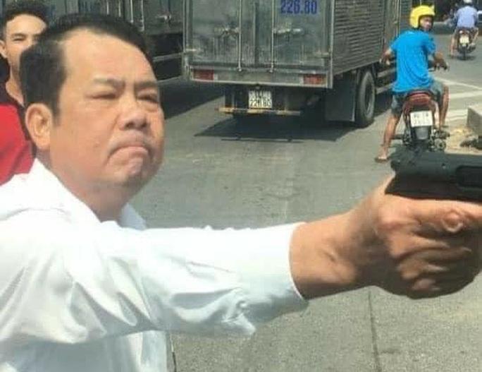 Giám đốc công ty bảo vệ rút súng dọa bắn vỡ sọ tài xế bị truy tố tội đe dọa giết người - Ảnh 1.