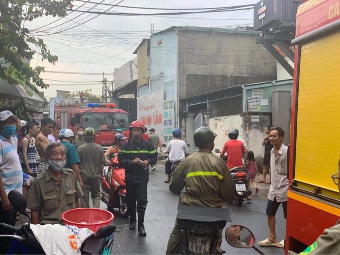 Cháy lớn thiêu rụi toàn bộ ôtô, xe máy trong kho phụ tùng - Ảnh 3.