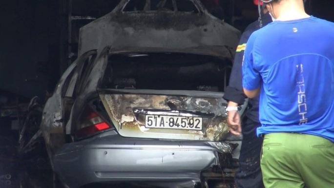 Cháy lớn thiêu rụi toàn bộ ôtô, xe máy trong kho phụ tùng - Ảnh 2.