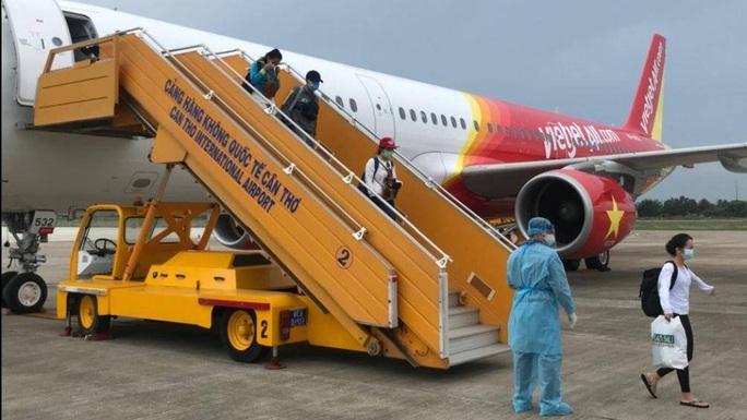 Sân bay Tân Sơn Nhất đón 405 người Việt từ Hàn Quốc - Ảnh 3.