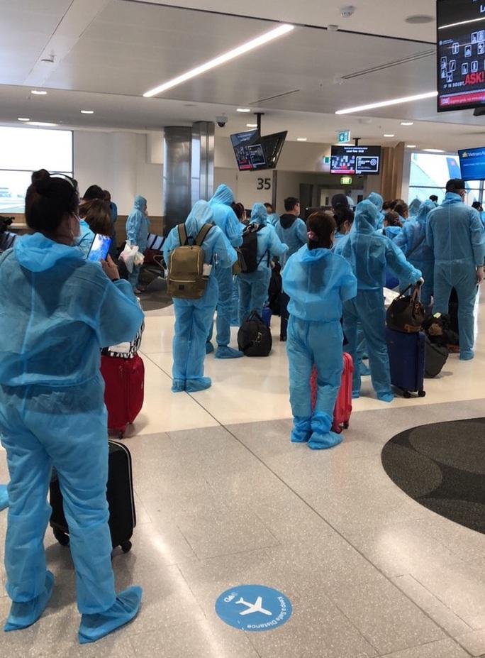 Sân bay Tân Sơn Nhất đón 405 người Việt từ Hàn Quốc - Ảnh 4.